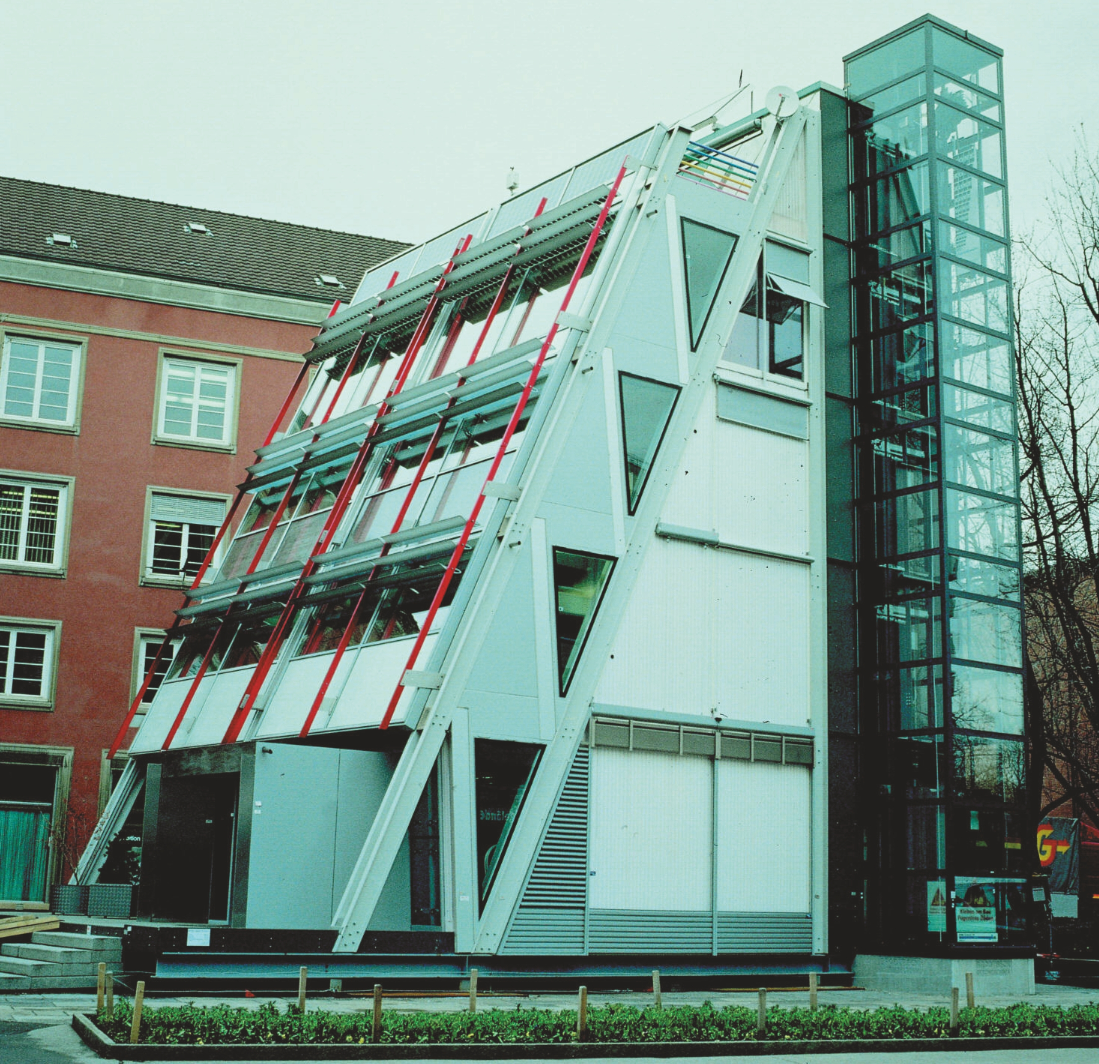 Eyecatcher-bygningen med bærende konstruktion i glas-fiberforstærket plast.