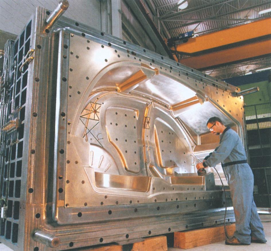 Formen til ovenstående 80.000 kN sprøjtestøbemaskine til  støbning af et bilkarosseri  helt i plast (Husky)